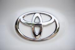 Λογότυπο της Toyota στο νέο άσπρο εμπορικό σήμα yaris ativ 2019 της TOYOTA αυτοκινή στοκ εικόνες