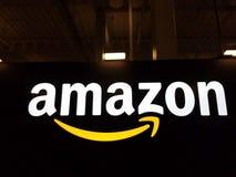 Λογότυπο του Αμαζονίου στο μαύρο λαμπρό τοίχο στη Χονολουλού Στοκ Εικόνες