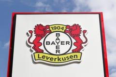 Λογότυπο του Λεβερκούζεν Bayer σε μια επιτροπή Στοκ εικόνες με δικαίωμα ελεύθερης χρήσης