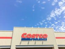 Λογότυπο του χονδρικού καταστήματος Costco στην είσοδο προσόψεων Στοκ φωτογραφία με δικαίωμα ελεύθερης χρήσης