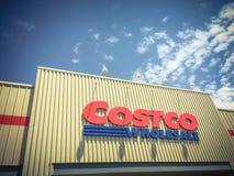 Λογότυπο του χονδρικού καταστήματος Costco στην είσοδο προσόψεων Στοκ Εικόνα