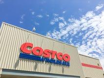 Λογότυπο του χονδρικού καταστήματος Costco στην είσοδο προσόψεων Στοκ Εικόνες