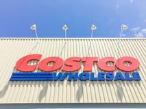 Λογότυπο του χονδρικού καταστήματος Costco στην είσοδο προσόψεων Στοκ Φωτογραφίες