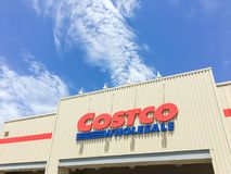Λογότυπο του χονδρικού καταστήματος Costco στην είσοδο προσόψεων Στοκ φωτογραφίες με δικαίωμα ελεύθερης χρήσης