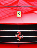 Λογότυπο του ferrari στο σπορ αυτοκίνητο Στοκ Εικόνες