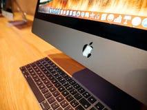 Λογότυπο υπολογιστών της Apple logotype στο fron tof οι πιό πρόσφατες δημόσιες σχέσεις iMac Στοκ εικόνα με δικαίωμα ελεύθερης χρήσης