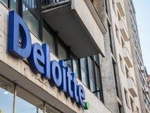 Λογότυπο Deloitte στο κύριο κτίριο γραφείων τους σε Βελιγράδι Το Deloitte είναι μια από τις κύριες εταιρίες λογιστικού ελέγχου στ στοκ φωτογραφία με δικαίωμα ελεύθερης χρήσης