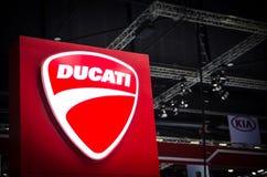 Λογότυπο Ducati motorbike Company με το κόκκινο υπόβαθρο Στοκ εικόνα με δικαίωμα ελεύθερης χρήσης
