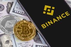 Λογότυπο iPhone και Binance της Apple και bitcoin, ethereum και δολάρια στοκ φωτογραφία