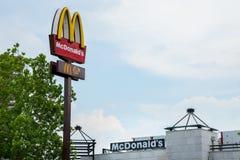 Λογότυπο MC Donald ` s με το εικονικό Μ του μπροστά από ένα από τα εστιατόρια γρήγορου φαγητού χάμπουργκερ νέου Βελιγραδι'ου τους Στοκ Εικόνες