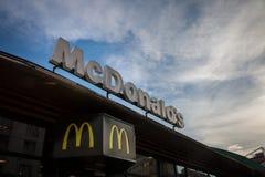 Λογότυπο MC Donald ` s με το εικονικό Μ του μπροστά από ένα από τα εστιατόρια γρήγορου φαγητού χάμπουργκέρ τους του κέντρου Βελιγ Στοκ Φωτογραφίες