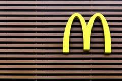 Λογότυπο MC Donald ` s σε μια πρόσοψη Στοκ Εικόνες