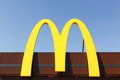 Λογότυπο McDonald ` s σε μια πρόσοψη Στοκ Εικόνα