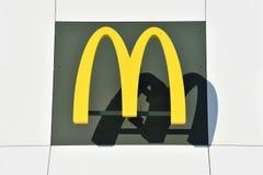 Λογότυπο McDonalds σε ένα κτήριο Στοκ φωτογραφίες με δικαίωμα ελεύθερης χρήσης