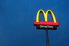 Λογότυπο McDonalds στο μπλε ουρανό λυκόφατος Στοκ εικόνα με δικαίωμα ελεύθερης χρήσης