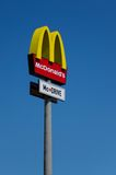Λογότυπο McDonalds στο υπόβαθρο μπλε ουρανού Στοκ φωτογραφίες με δικαίωμα ελεύθερης χρήσης