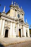Λομβαρδία η παλαιά κλειστή εκκλησία πλευρά πύργων arsizio busto Στοκ εικόνα με δικαίωμα ελεύθερης χρήσης