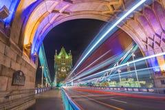 Λονδίνο, Αγγλία - νύχτα που πυροβολείται του παγκοσμίως διάσημου ζωηρόχρωμου πύργου Στοκ Φωτογραφία