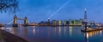 Λονδίνο, Αγγλία - πανοραμική άποψη του Λονδίνου ` s τα περισσότερα διάσημα εικονίδια στην μπλε ώρα Στοκ φωτογραφία με δικαίωμα ελεύθερης χρήσης