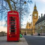 Λονδίνο, Αγγλία - το εικονικό βρετανικό παλαιό κόκκινο τηλεφωνικό κιβώτιο με Στοκ εικόνα με δικαίωμα ελεύθερης χρήσης