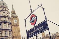 Λονδίνο/Αγγλία: 02 08 2017 υπόγειο σημάδι, σταθμός του Γουέστμινστερ λογότυπων Στοκ εικόνα με δικαίωμα ελεύθερης χρήσης