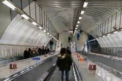 Λονδίνο, Ηνωμένο Βασίλειο, στις 17 Φεβρουαρίου 2018: Κυλιόμενες σκάλες σταθμών Μετρό του Λονδίνου Στοκ Εικόνες