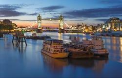 Λονδίνο - η γέφυρα και η όχθη ποταμού πύργων στο σούρουπο πρωινού με τα δραματικά σύννεφα Στοκ εικόνες με δικαίωμα ελεύθερης χρήσης