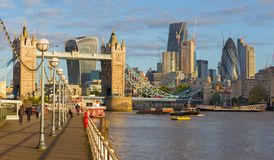 Λονδίνο - η γέφυρα, ο περίπατος και οι ουρανοξύστες πύργων στο φως πρωινού Στοκ Εικόνα