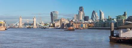 Λονδίνο - η γέφυρα πύργων, όχθη ποταμού και οι ουρανοξύστες στο φως πρωινού Στοκ φωτογραφία με δικαίωμα ελεύθερης χρήσης
