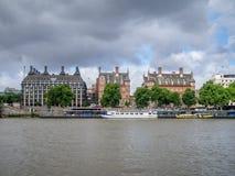 Λονδίνο κατά μήκος του ποταμού Τάμεσης Στοκ Φωτογραφίες