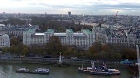 Λονδίνο πέρα από τον ποταμό Τάμεσης από τη ρόδα ματιών του Λονδίνου απόθεμα βίντεο
