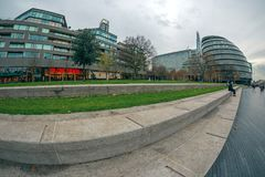 Λονδίνο στην ακτή του ποταμού Τάμεσης, Δημαρχείο, θέατρο γεφυρών στοκ φωτογραφίες με δικαίωμα ελεύθερης χρήσης