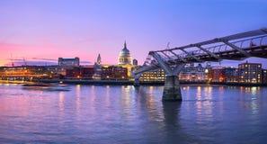 Λονδίνο στο ηλιοβασίλεμα, γέφυρα χιλιετίας που οδηγεί προς φωτισμένος στοκ φωτογραφία με δικαίωμα ελεύθερης χρήσης