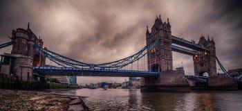 Λονδίνο, το Ηνωμένο Βασίλειο: Γέφυρα πύργων στον ποταμό Τάμεσης Στοκ φωτογραφία με δικαίωμα ελεύθερης χρήσης
