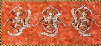 Λονδίνο - το κεραμωμένο μωσαϊκό των χερουβείμ στο δευτερεύοντα βωμό στην εκκλησία της ισπανικής θέσης του ST James από 19 σεντ Στοκ Εικόνες