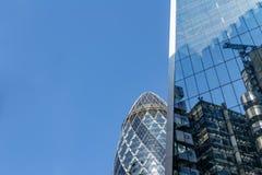 Λονδίνο, UK - 2 Σεπτεμβρίου 2018: Αντανακλάσεις της πόλης στα παράθυρα του αγγουριού που χτίζει το Λονδίνο στοκ εικόνες με δικαίωμα ελεύθερης χρήσης