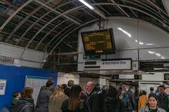 Λονδίνο, UK - 05, το Μάρτιο του 2019: Ο σταθμός τράπεζας στο Μετρό του Λονδίνου στη ώρα κυκλοφοριακής αιχμής στοκ φωτογραφίες