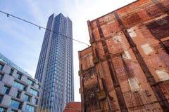 ΛΟΝΔΙΝΟ, ΑΓΓΛΙΑ - 25 ΑΠΡΙΛΊΟΥ: πύργος Λονδίνο νότιων τραπεζών Χαμηλή παλίρροια στο κτήριο με την κοινότητά του μπουτίκ σχεδίου Στοκ Εικόνες