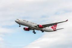 ΛΟΝΔΙΝΟ, ΑΓΓΛΙΑ - 22 ΑΥΓΟΎΣΤΟΥ 2016: Γ-VGBR airbus της Virgin Atlantic Airways A330 που προσγειώνεται στον αερολιμένα Heathrow, Λ στοκ φωτογραφίες