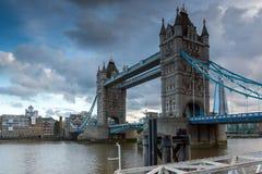 ΛΟΝΔΙΝΟ, ΑΓΓΛΙΑ - 15 ΙΟΥΝΊΟΥ 2016: Άποψη ηλιοβασιλέματος της γέφυρας πύργων στο Λονδίνο, Αγγλία Στοκ Εικόνες
