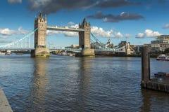 ΛΟΝΔΙΝΟ, ΑΓΓΛΙΑ - 15 ΙΟΥΝΊΟΥ 2016: Γέφυρα πύργων στο Λονδίνο προς το τέλος του απογεύματος, Αγγλία Στοκ Φωτογραφίες