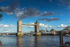 ΛΟΝΔΙΝΟ, ΑΓΓΛΙΑ - 15 ΙΟΥΝΊΟΥ 2016: Γέφυρα πύργων στο Λονδίνο προς το τέλος του απογεύματος, Αγγλία Στοκ Φωτογραφία