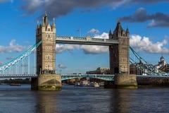 ΛΟΝΔΙΝΟ, ΑΓΓΛΙΑ - 15 ΙΟΥΝΊΟΥ 2016: Γέφυρα πύργων στο Λονδίνο προς το τέλος του απογεύματος, Αγγλία Στοκ εικόνες με δικαίωμα ελεύθερης χρήσης