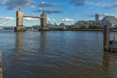 ΛΟΝΔΙΝΟ, ΑΓΓΛΙΑ - 15 ΙΟΥΝΊΟΥ 2016: Γέφυρα πύργων στο Λονδίνο προς το τέλος του απογεύματος, Αγγλία Στοκ Εικόνα