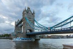 ΛΟΝΔΙΝΟ, ΑΓΓΛΙΑ - 15 ΙΟΥΝΊΟΥ 2016: Γέφυρα πύργων στο Λονδίνο προς το τέλος του απογεύματος, Αγγλία Στοκ φωτογραφία με δικαίωμα ελεύθερης χρήσης