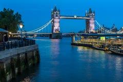 ΛΟΝΔΙΝΟ, ΑΓΓΛΙΑ - 15 ΙΟΥΝΊΟΥ 2016: Γέφυρα πύργων στο Λονδίνο στη νύχτα, Αγγλία Στοκ Εικόνα