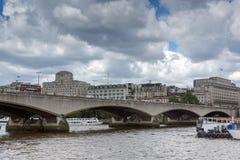 ΛΟΝΔΙΝΟ, ΑΓΓΛΙΑ - 15 ΙΟΥΝΊΟΥ 2016: Γέφυρα του Βατερλώ και ποταμός του Τάμεση, Λονδίνο, Αγγλία Στοκ Εικόνα