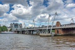 ΛΟΝΔΙΝΟ, ΑΓΓΛΙΑ - 15 ΙΟΥΝΊΟΥ 2016: Γέφυρα Hungerford και ποταμός του Τάμεση, Λονδίνο, Αγγλία Στοκ Εικόνες