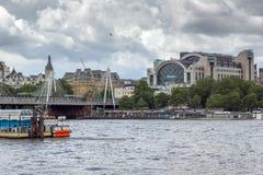 ΛΟΝΔΙΝΟ, ΑΓΓΛΙΑ - 15 ΙΟΥΝΊΟΥ 2016: Γέφυρα Hungerford και ποταμός του Τάμεση, Λονδίνο, Αγγλία Στοκ φωτογραφία με δικαίωμα ελεύθερης χρήσης