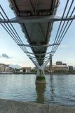 ΛΟΝΔΙΝΟ, ΑΓΓΛΙΑ - 17 ΙΟΥΝΊΟΥ 2016: Λυκόφως στη στοά του Tate Modern, ποταμός του Τάμεση και γέφυρα χιλιετίας, Λονδίνο Στοκ Εικόνα